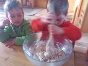 Los niños participan gustosos en la labor de amasar el pan.
